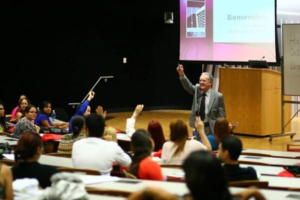 El Profesor Efrén Rivera Ramos, impartiendo uno de sus cursos