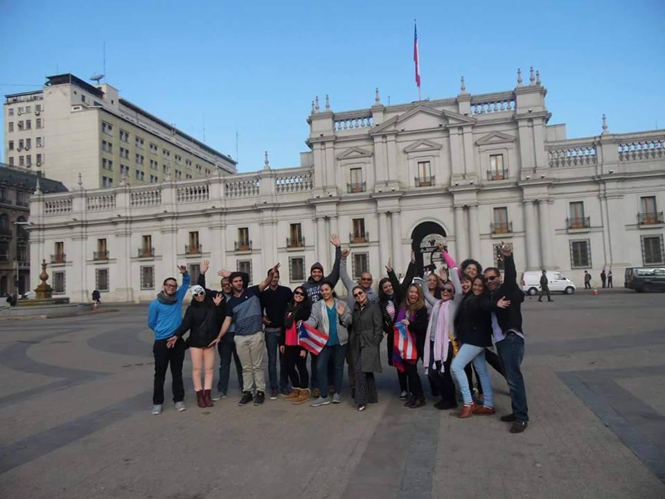 Grupo de estudiantes posando con alegría, su experiencia internacional en la Ciudad de Chile