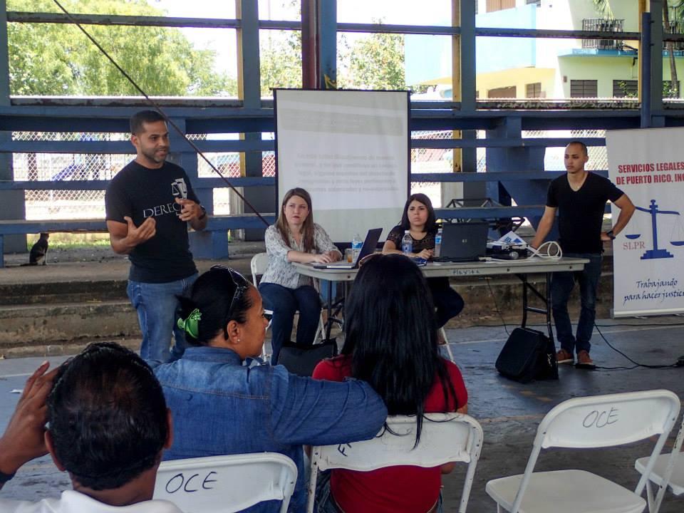 Un grupo de estudiantes de Pro bono ofreciendo charla sobre asesoría legal