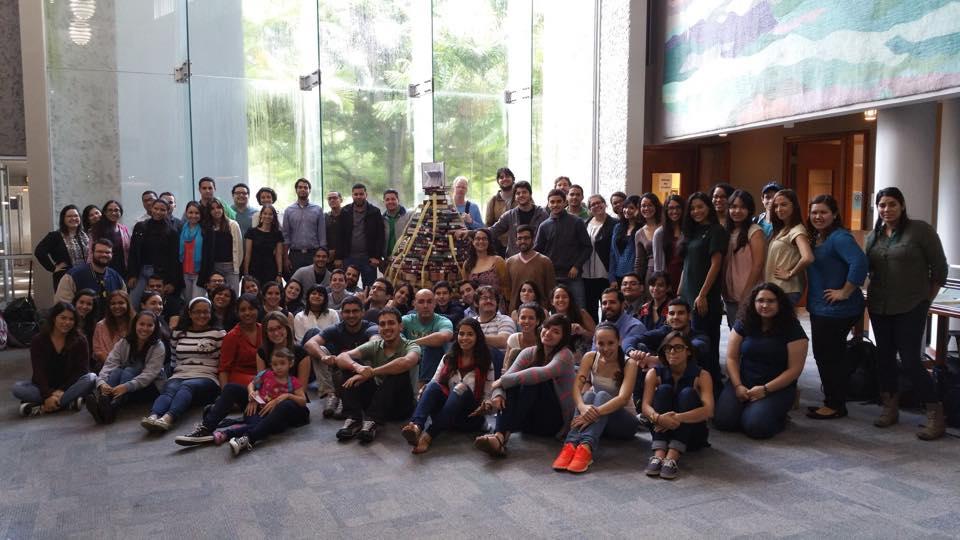 Un grupo de estudiantes posando en la Biblioteca de la Escuela de Derecho