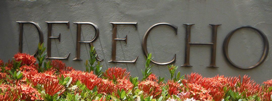 Fotografía de parte de la fachada de la Escuela de Derecho